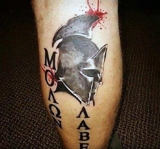 originale disegno e dipinto colorato elmo dr guerriero romano con lettere tatuaggio su gamba