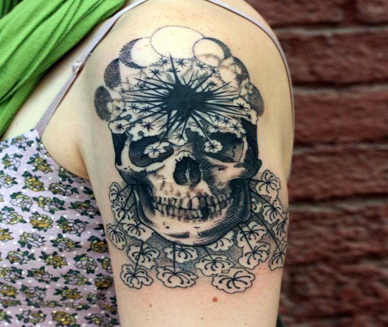 Tatuaggio del braccio superiore in inchiostro nero dal design originale con fiori