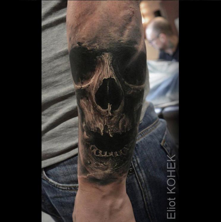 Originale disegnato da Eliot Kohek, il braccio del tatuaggio del teschio umano con la nebbia