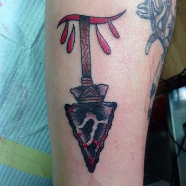 originale dipinto colorato antica freccia tatuaggio su braccio