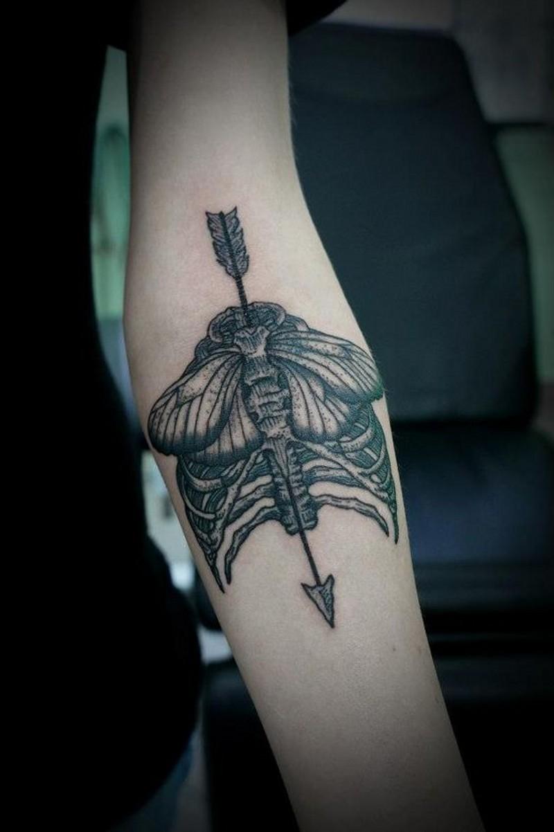 originale idea parte umana di scheletro disegno con falena e freccia tatuaggio su braccio