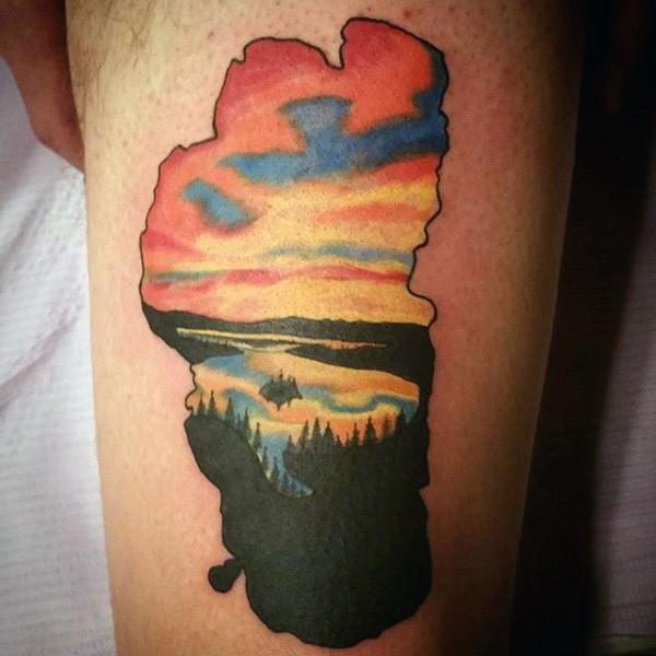originale parte di mappa colorato stilizzato con foreste in tramonto tatuaggio su coscia
