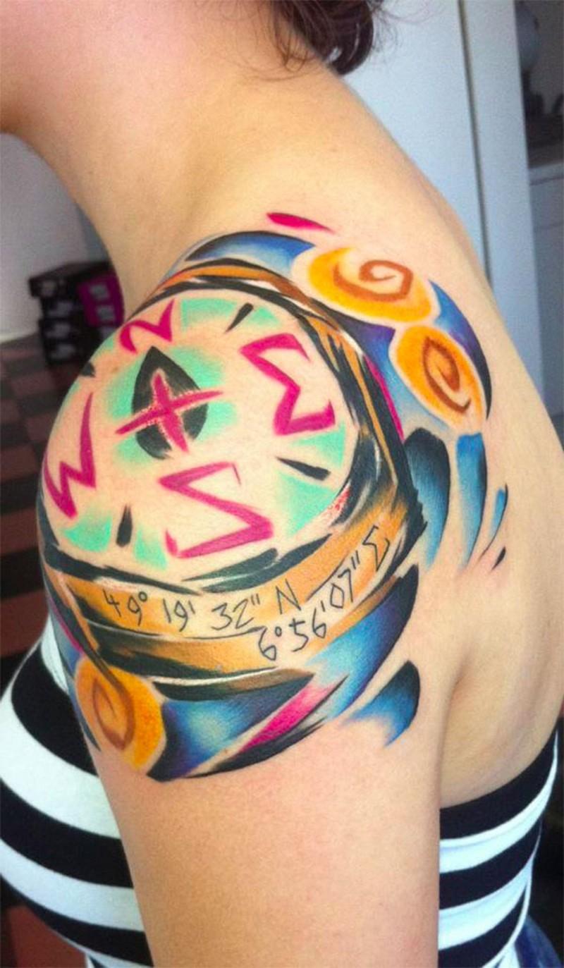 originale dipinto colorato a forma di bussola tatuaggio con coordinate su spalla