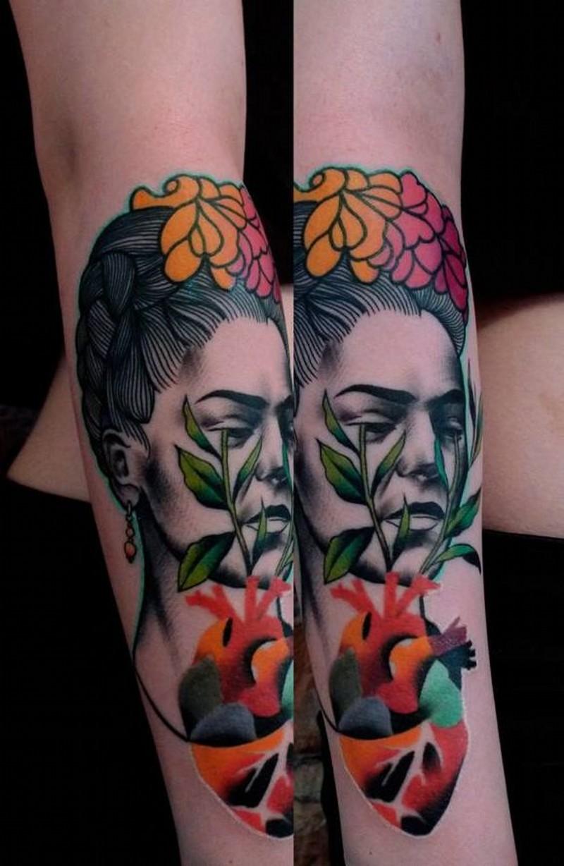 originale dipinto colorato multicolore donna triste con radice a forma di cuore tatuaggio su braccio