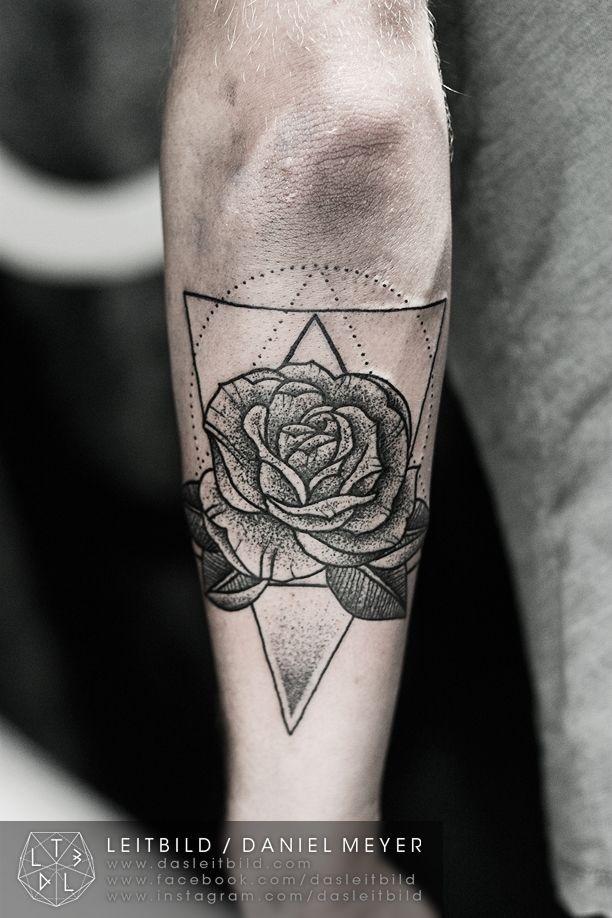 originale stile dipinto bianco e nero rosa con triangolo tatuaggio su braccio