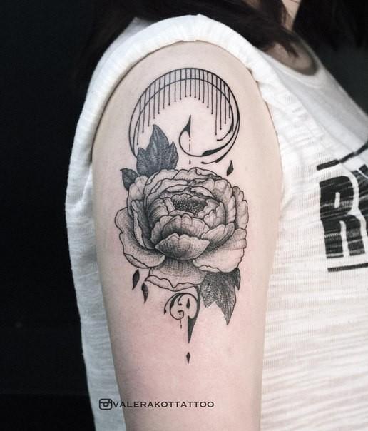 Pfingstrose Blume Tattoo Auf Schulter Des Mädchens Im Gravur Stil