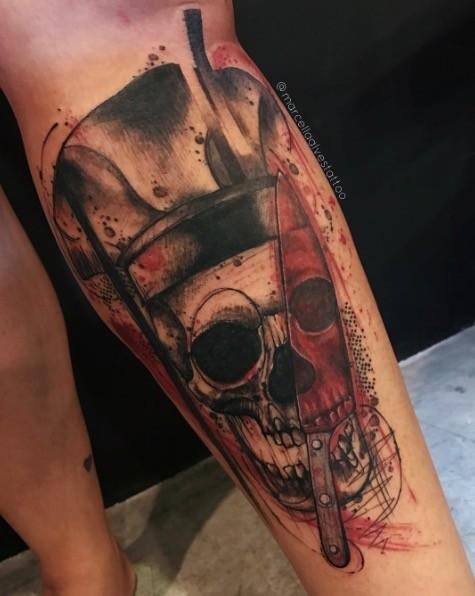 Tatuaggio di gamba colorata stile Photoshop del vecchio teschio con grosso coltello