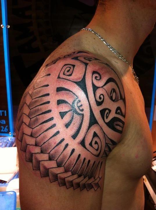 bel stile Polinesiano bianco e nero armatura per le spalle tatuaggio su spalla