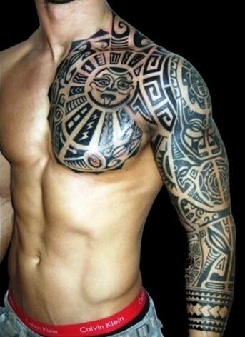 bel stile polinesiano bianco e nero grande dettagliato tatuaggio avambraccio e spalla