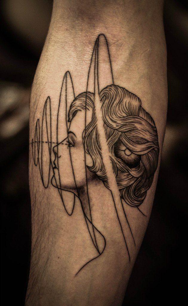 ritratto ragazza e simbolo geometrico avambraccio tatuaggio