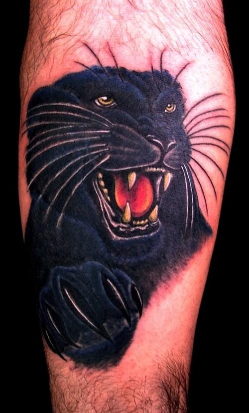 Tatuaggio spaventoso sulla gamba la pantera nera