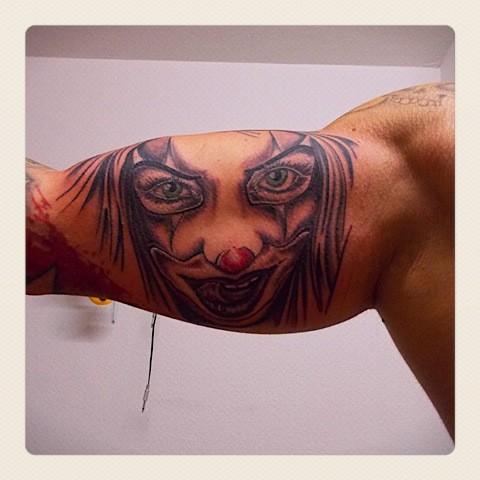 ritratto di donna pagliaccio tatuaggio sul braccio