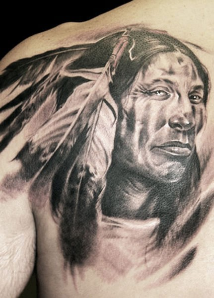 Porträt des Indianiers  Tattoo am Schulterblatt