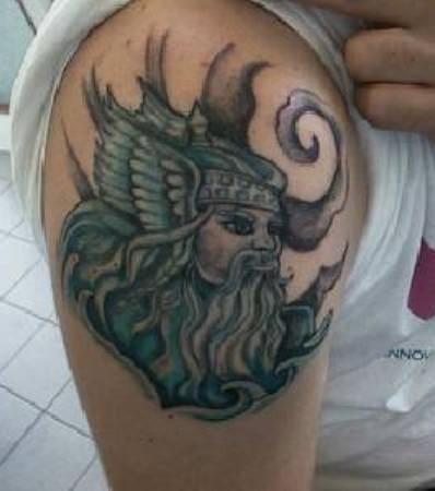 ritratto viching tatuaggio sulla spalla