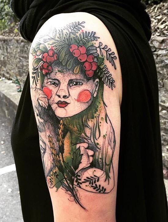 Tatuaggio del ritratto femminile del braccio superiore disegnato in stile verticale da Joanna Swirska