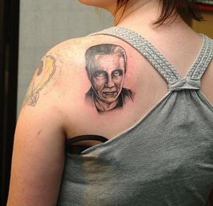 Tatuaggio sulla spalla il ritratto dell&quotuomo