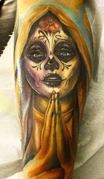 ragazza pregando santa morte tatuaggio