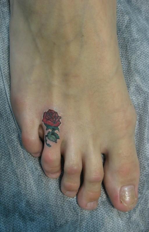 Tatuaje en el dedo del pie, rosa elegante diminuta