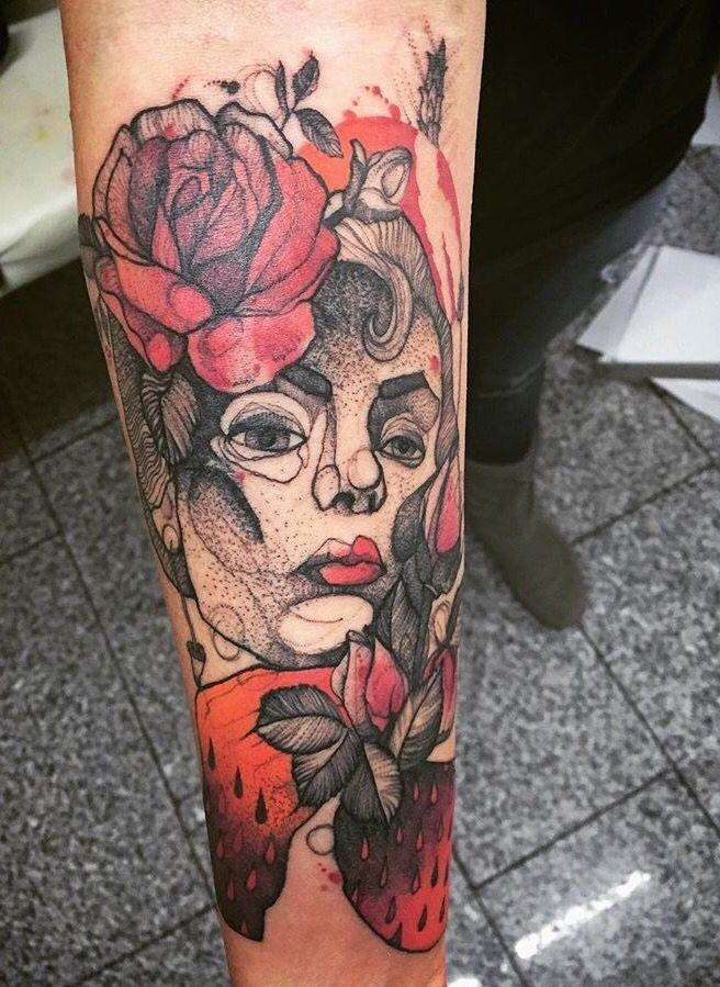 Tatuaggio psichedelico simile ad un avambraccio colorato di ritratto femminile con fiori