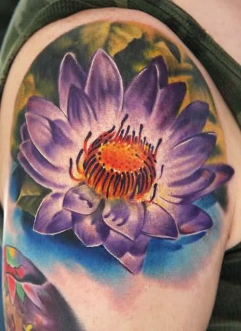 loto sbocciato viola tatuaggio sulla spalla