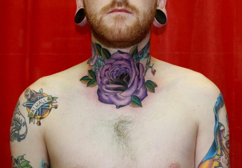 bellissima rosa viola disegno tatuaggio su collo di ragazzo