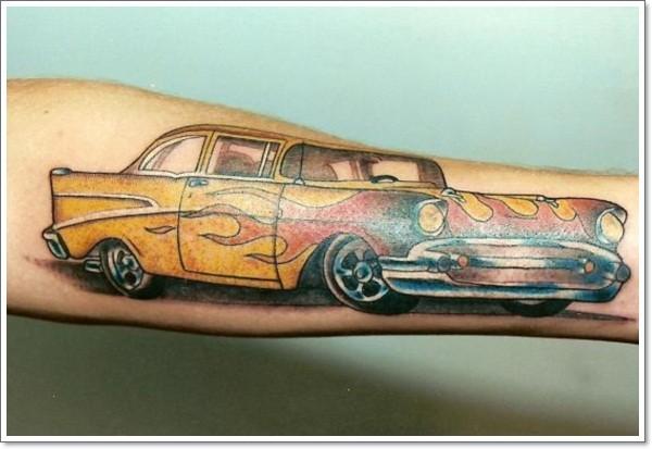 macchina da corsa tatuaggio sul braco