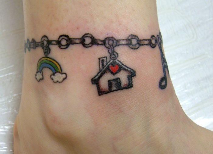 ciondole su bracciale colorato casa e arcobaleno modello tatuaggio su caviglia