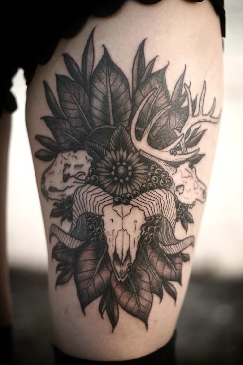 Tattoo von Ramm in Blättern mit Blumen