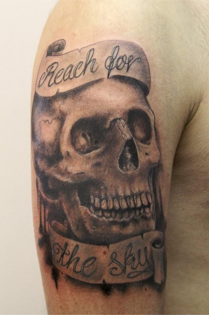 """Tatuaggio sul deltoide il teschio & &quotReach for the sky"""""""