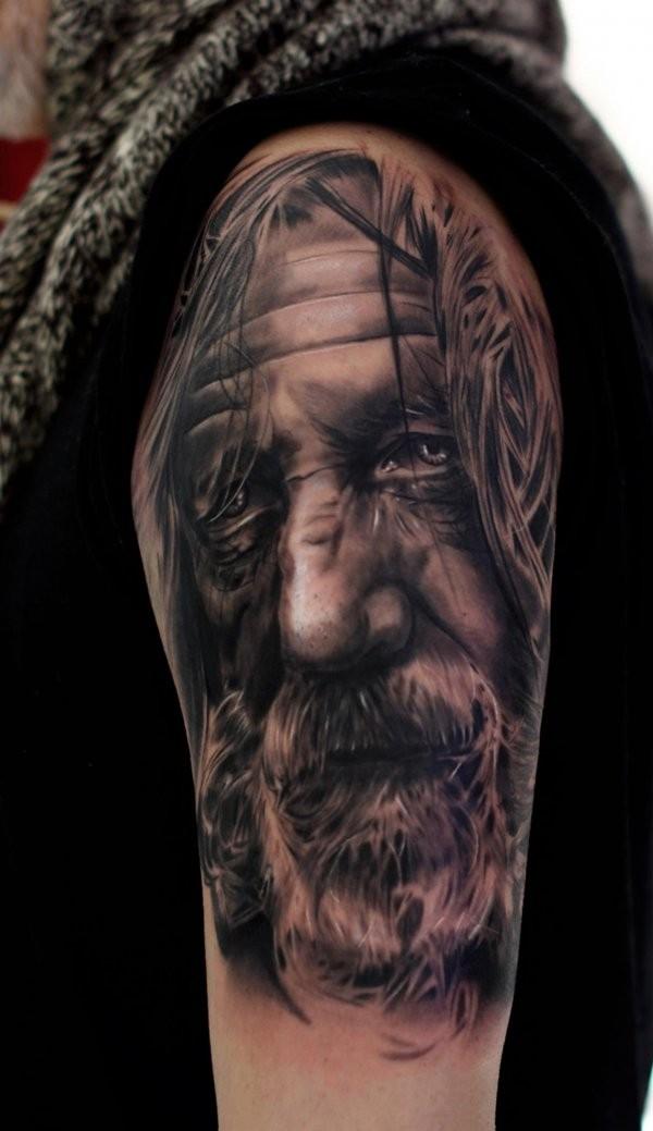 realistico foto eccezionale dettagliato bianco e nero vecchio mago tatuaggio su spalla