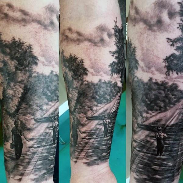 realistico foto nero e bianco piccolo ragazzo sulla stazione di treno tatuaggio su braccio