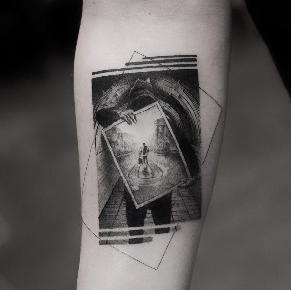 Immagine reale come un tatuaggio fotografico creativo di un uomo che tiene un&quotimmagine grande