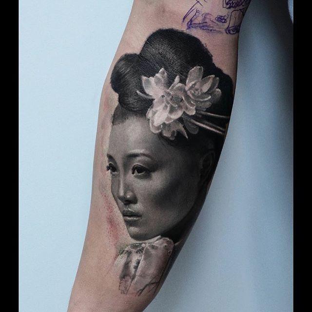 Realismusstil großartig aussehend Unterarm Tattoo der Asiatischen Frau