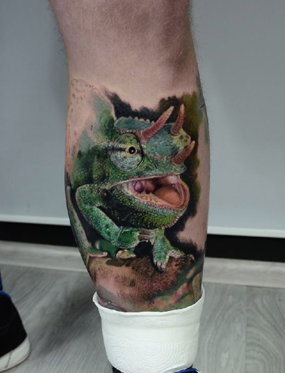 Realism style colored leg tattoo of detailed lizard