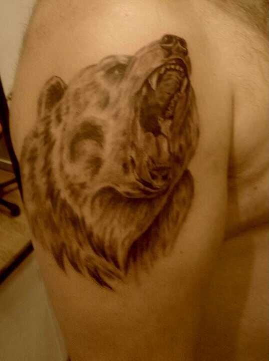 Tatuaggio sul deltoide l&quotorso feroce