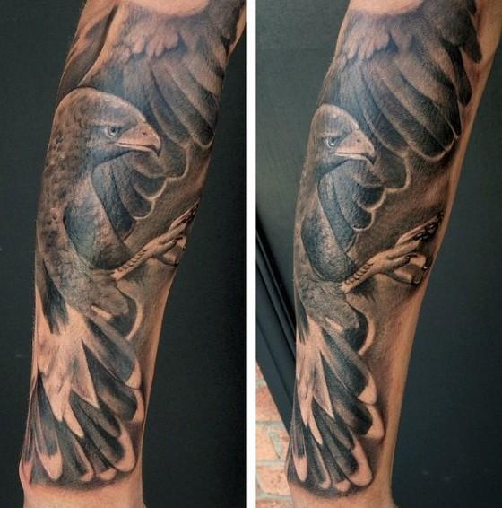 realistico nero e bianco dettagliato aquila tatuaggio su braccio