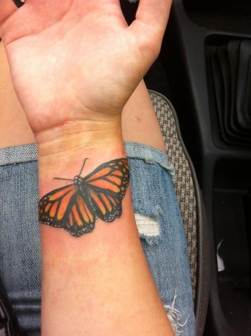 realistico farfalla tatuaggio idea per donne su polso