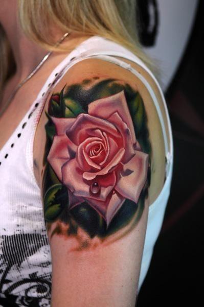 Tatuaggio carino sul deltoide la rosa colorata