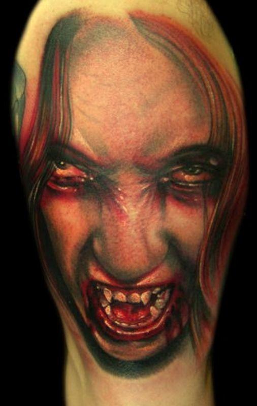 realistico dettagliato e colorato donna vampira spaventosa insanguinata tatuaggio su spalla