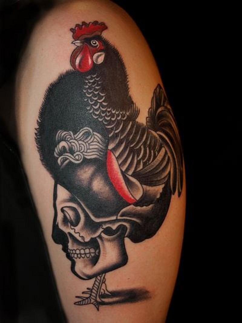 realistico grande gallo con cranio tatuaggio su spalla