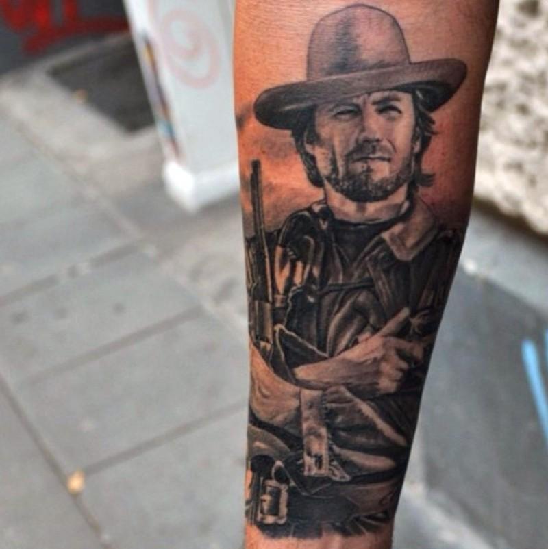 realistico guardando ritratto uomo Clint Eastwood tatuaggio su braccio