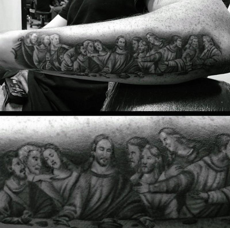 Tatuaje de Santa Cena divina en el antebrazo, tinta negra