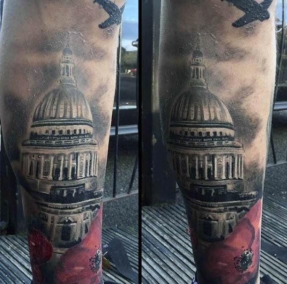 Tatuaje en el antebrazo, edificio viejo con amapola