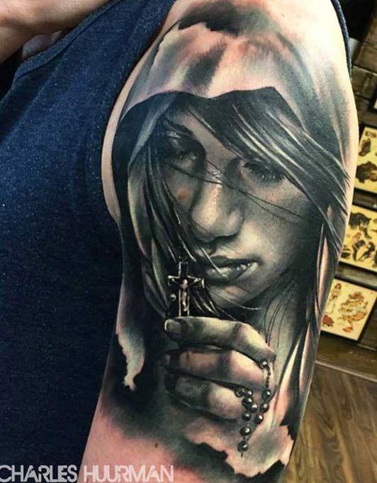 Realistisch aussehendes schwarzweißes Schulter Tattoo der Frau mit Kreuz