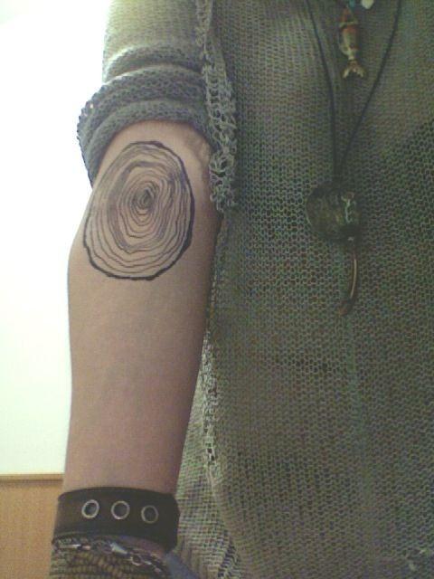 realistico bianco e nero a tema tronco di albero astratto tatuaggio su braccio