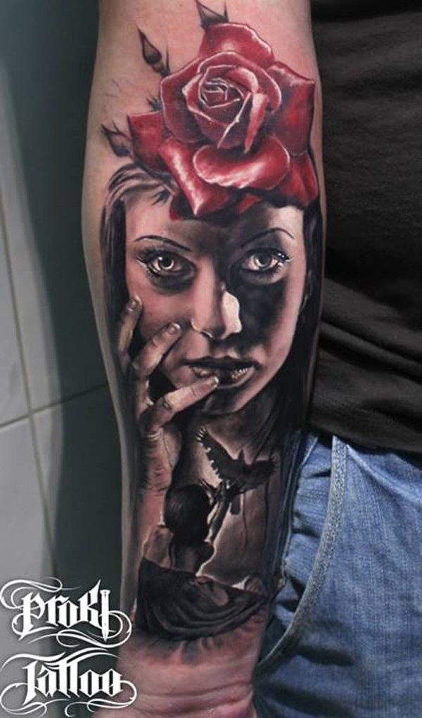 Tatuaje en el antebrazo, mujer divina con rosa en el pelo