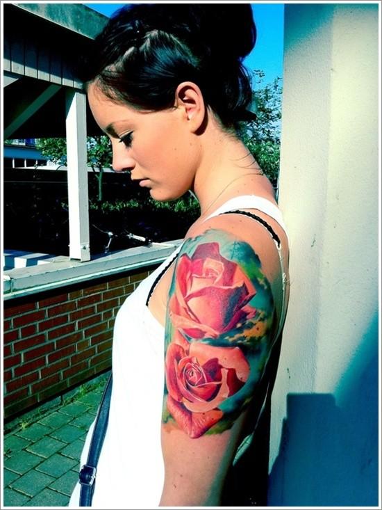 realistico massiccio rose colorate tatuaggio su spalla