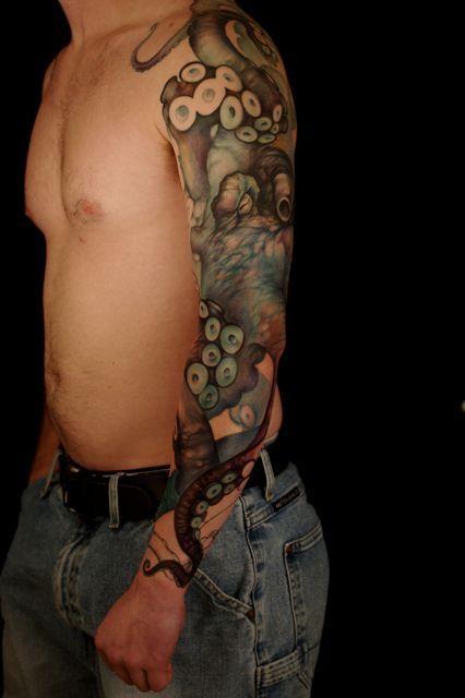 Tatuaggio curioso su tutto il braccio il polpo gigante