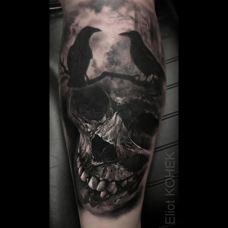 Realistico dipinto da Eliot Kohek tatuaggio di teschio umano con corvi neri