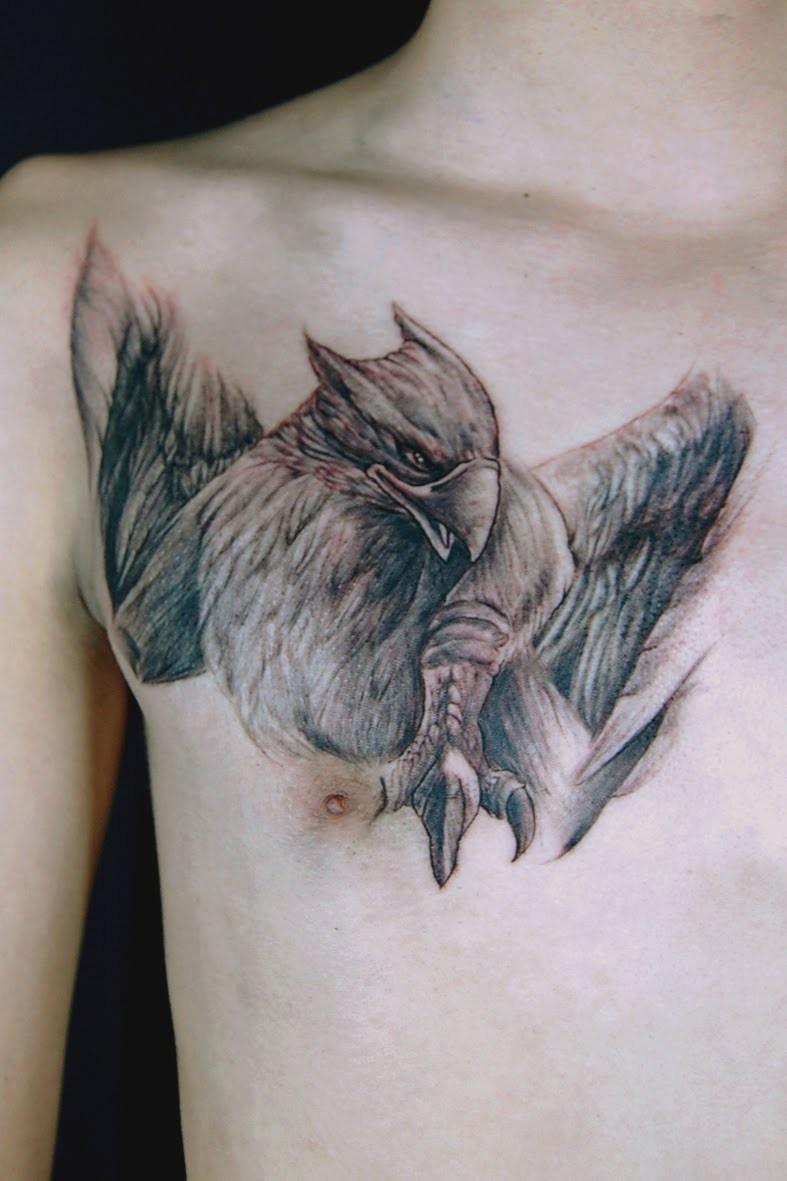realistico dipinto grifone tatuaggio su petto maschile